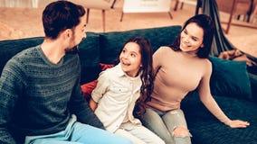 Pares com filha Sit In The Furniture Store fotos de stock