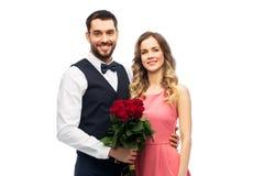Pares com grupo de flores no dia de Valentim fotografia de stock