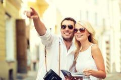 Pares com guia do mapa, da câmera e dos viajantes Foto de Stock