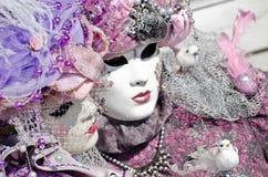 Pares com máscara do carnaval fotos de stock