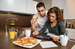 Pares com o cartão eletrônico da tabuleta e de crédito Imagem de Stock Royalty Free
