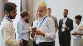 Pares com o smartphone na conferência de negócio filme