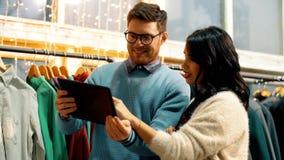 Pares com o tablet pc na loja de roupa video estoque