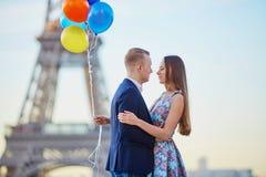 Pares com os balões coloridos perto da torre Eiffel Imagens de Stock
