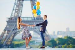 Pares com os balões coloridos perto da torre Eiffel Fotos de Stock