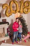 Pares com os 2018 balões dourados Foto de Stock Royalty Free