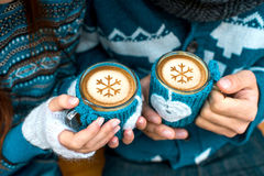 Pares com os copos de café no inverno fotografia de stock royalty free