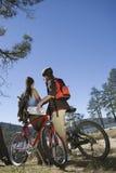 Pares com os Mountain bike na área de recreação fotos de stock