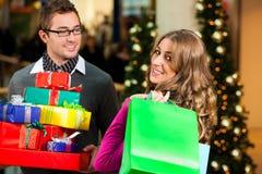 Pares com presentes de Natal e sacos no shoppin Imagens de Stock Royalty Free