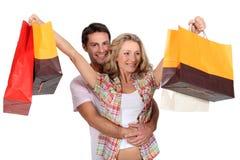 Pares com sacos de compra Foto de Stock Royalty Free