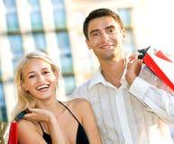 Pares com sacos de compra Imagem de Stock Royalty Free