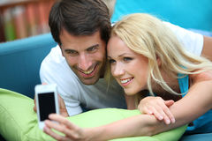 Pares com smartphone Fotografia de Stock Royalty Free