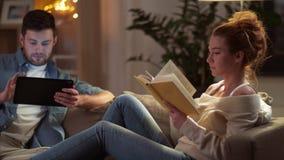 Pares com tablet pc e livro em casa filme