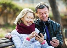 Pares com telefones celulares Fotos de Stock
