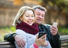 Pares com telefones celulares Imagens de Stock