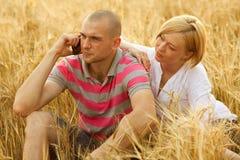 Pares com um telefone móvel Imagens de Stock Royalty Free