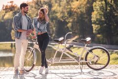 Pares com uma bicicleta em tandem imagens de stock