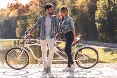 Pares com uma bicicleta em tandem fotos de stock royalty free