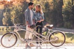 Pares com uma bicicleta em tandem fotos de stock