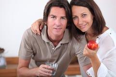 Pares com uma maçã Fotografia de Stock Royalty Free