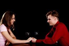 Pares com vinho por uma tabela Imagens de Stock Royalty Free