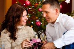 Pares con champán el Nochebuena Fotografía de archivo libre de regalías