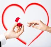 Pares con el anillo de bodas y la caja de regalo Imagen de archivo libre de regalías