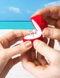 Pares con el anillo de bodas y la caja de regalo Imagenes de archivo
