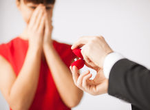 Pares con el anillo de bodas y la caja de regalo Foto de archivo