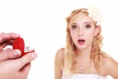 Pares con el anillo de bodas y la caja de regalo aislados Fotografía de archivo