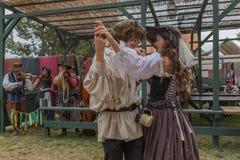 Pares con el baile medieval de los trajes Fotografía de archivo libre de regalías