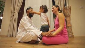 Pares con el bebé en centro de la yoga almacen de video