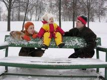 Pares con el bebé. invierno. Imagen de archivo libre de regalías