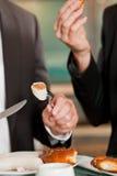 Pares con el bocado para el desayuno Fotografía de archivo libre de regalías