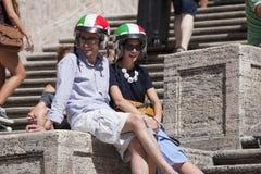 Pares con el casco italiano en pasos cuadrados españoles Fotos de archivo libres de regalías