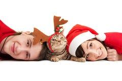 Pares con el gatito divertido fotos de archivo