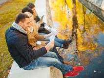 Pares con el mapa turístico en parque del otoño Fotos de archivo libres de regalías