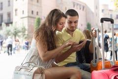 Pares con el navegador y el equipaje de GPS Imágenes de archivo libres de regalías