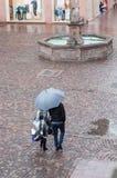 pares con el paraguas en lugar de los adoquines en la ciudad Imágenes de archivo libres de regalías