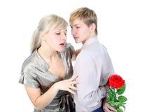 Pares con el regalo y la flor Foto de archivo libre de regalías