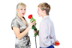 Pares con el regalo y la flor Imágenes de archivo libres de regalías