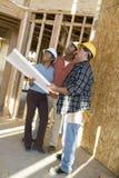 Pares con el trabajador de construcción At Site fotografía de archivo