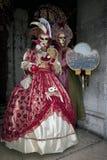 Pares con el traje en la Venecia Italia Foto de archivo