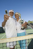 Pares con el trofeo que toma el autorretrato en el campo de tenis Imagen de archivo