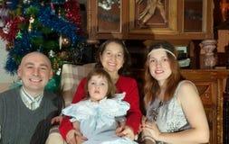 Pares con la abuela que visita del bebé para la Navidad Fotografía de archivo