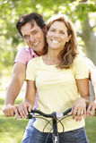 Pares con la bici Fotografía de archivo libre de regalías