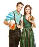 Pares con la cerveza y el pretzel en Foto de archivo libre de regalías