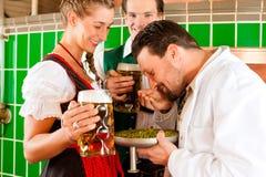 Pares con la cerveza y su cervecero en cervecería Imágenes de archivo libres de regalías