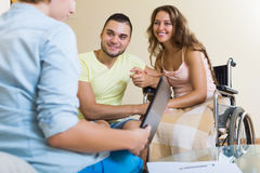 Pares con la esposa discapacitada que habla con el agente Imagen de archivo libre de regalías