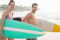 Pares con la tabla hawaiana que recorre en la playa Imagen de archivo